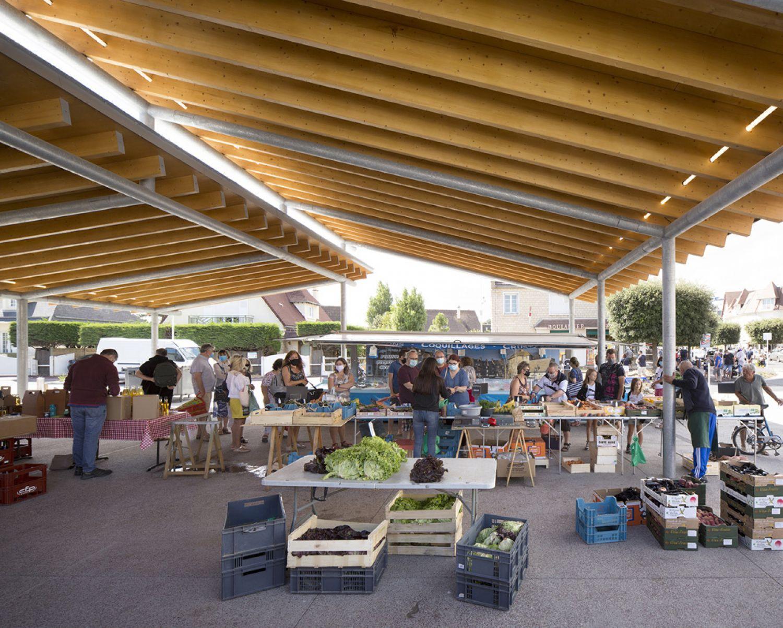 Espace public et halle de marché à Merville-Franceville - Arch. Atelier Julien Boidot Architecte © Clément Guillaume