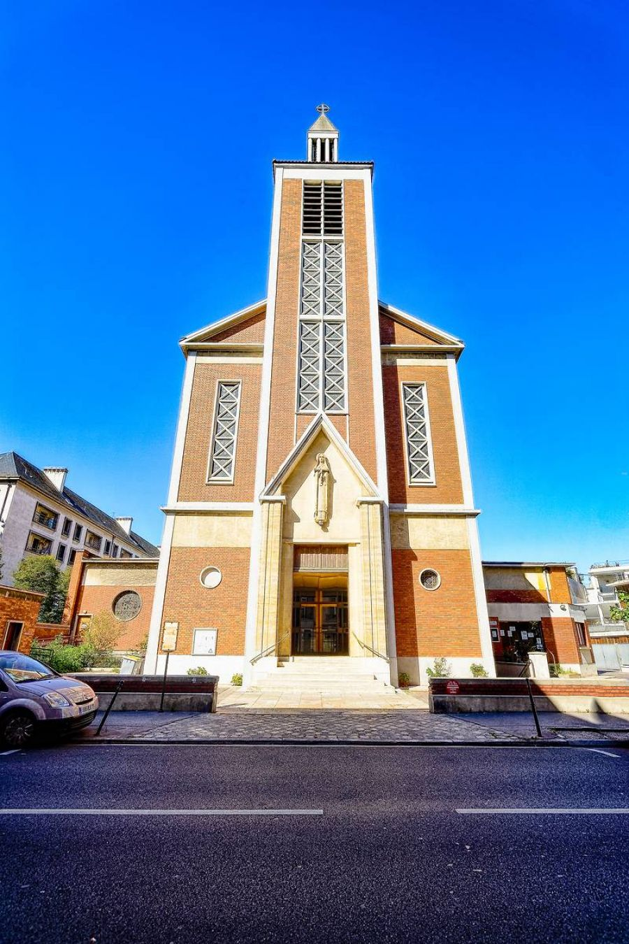Portail et clocher de l'église Sainte-Thérèse de l'Enfant Jésus à Boulogne-Billancourt - Photo : Muriel Bergasa