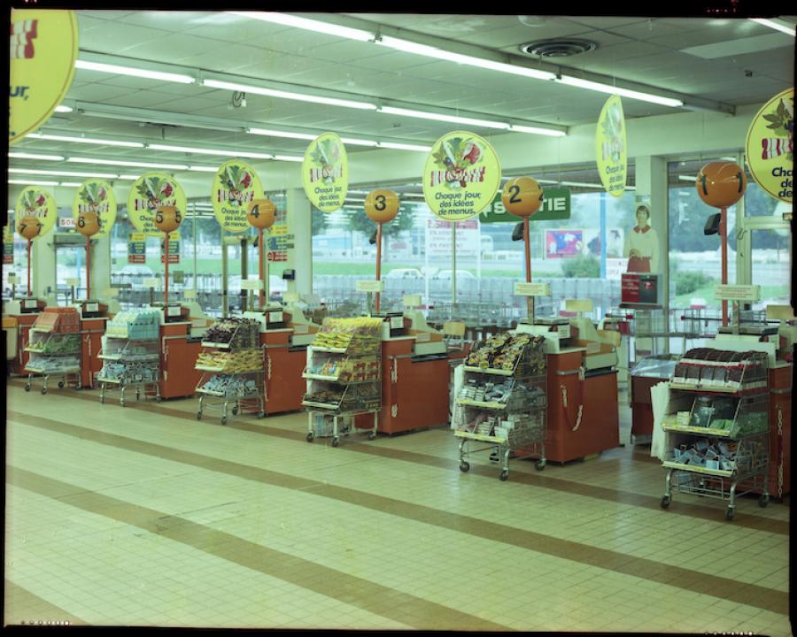 Alignement de caisses du supermarché du Rond-Point à Saint-Étienne années 1980 MAI – Doc. M2015.5.60 © Louis Caterin