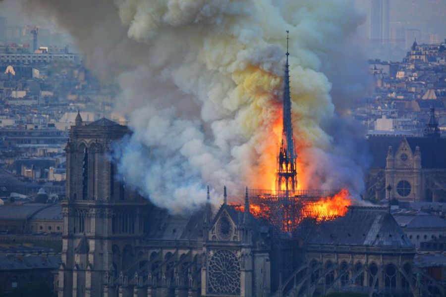 La cathédrale Notre-Dame de Paris en flamme le 15 avril 2019 - Photo via flickr.com/manhhai (CC-BY-2.0)