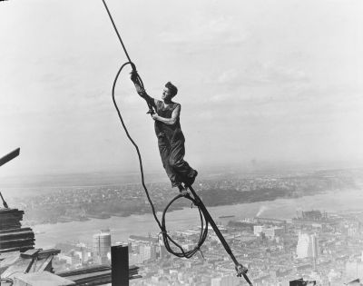 Lewis Wickes Hine, Icare, tout en haut de l'Empire State, 1931 - Photo : The New York Public Library