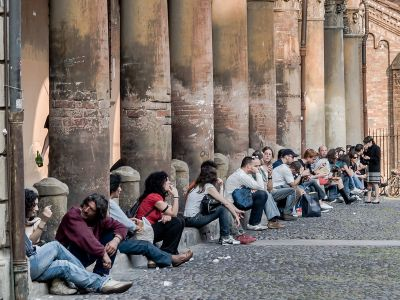 Bologna University Students Students hanging out in centro (Piazza Santo Stefano) © Michel Ursino (CC BY-SA 2.0)