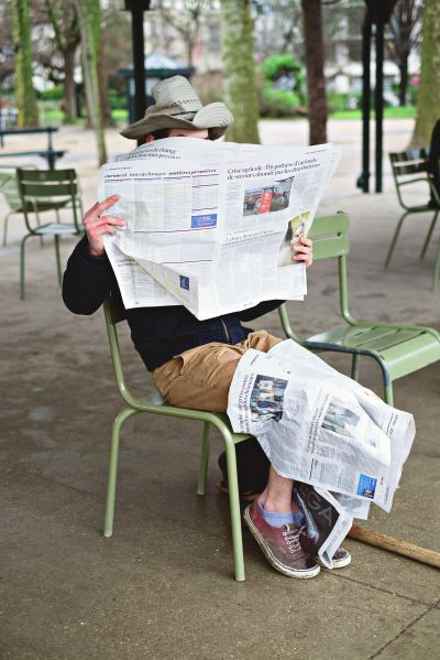 Paulien Oltheten, Reading the news, c-print Paris 2016 © Courtesy Galerie Les filles du calvaire
