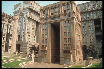 Les Espaces d'Abraxas, construits par Ricardo Bofill à Noisy le Grand ont servi de décor à de nombreux films parmi lesquels Brazil, Hunger Games ou encore Qui a tué Pamela Rose ? © Marcus (CC BY-SA 2.0)